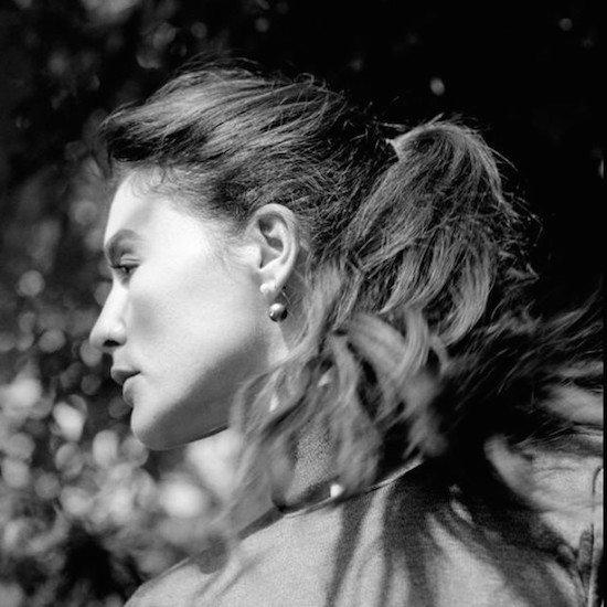 Jessie-Ware-Turning-Hair-Flip