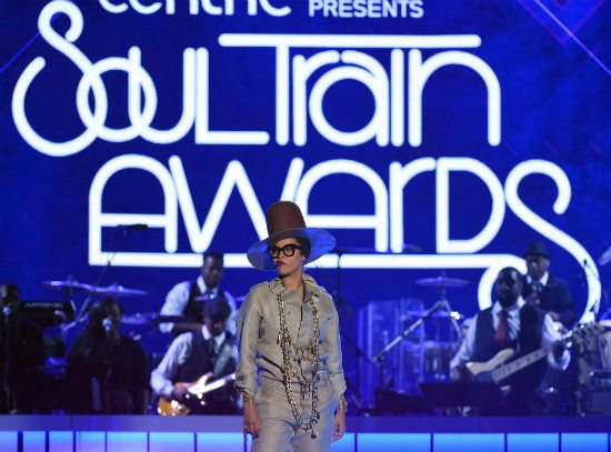 2015-soul-train-awards-erykah-badu-hosting